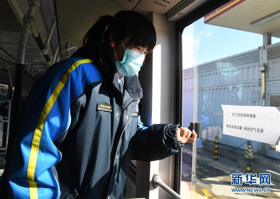 (社会)(3)北京:公交三口之家坚守岗位保障市民出行
