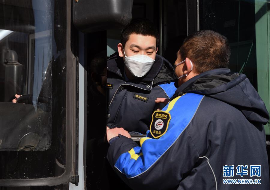 (社会)(4)北京:公交三口之家坚守岗位保障市民出行