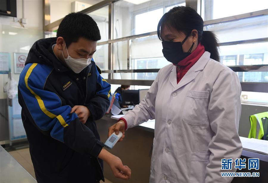 (社会)(2)北京:公交三口之家坚守岗位保障市民出行