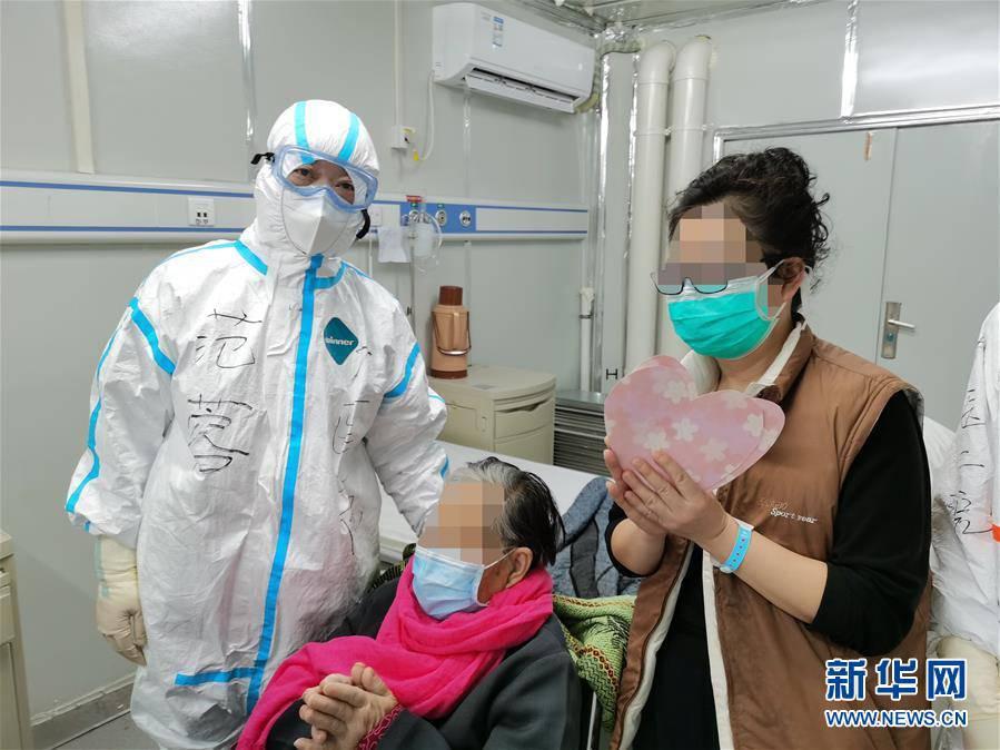 <b>98岁新冠肺炎危重症患者从雷神山医院出院</b>