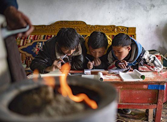 """课堂搬到""""云端"""" 西藏师生愈发""""亲密""""起来"""