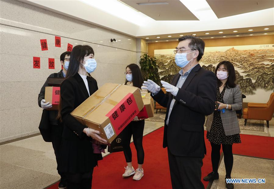 China distributes health kits to overseas Chinese students in New York