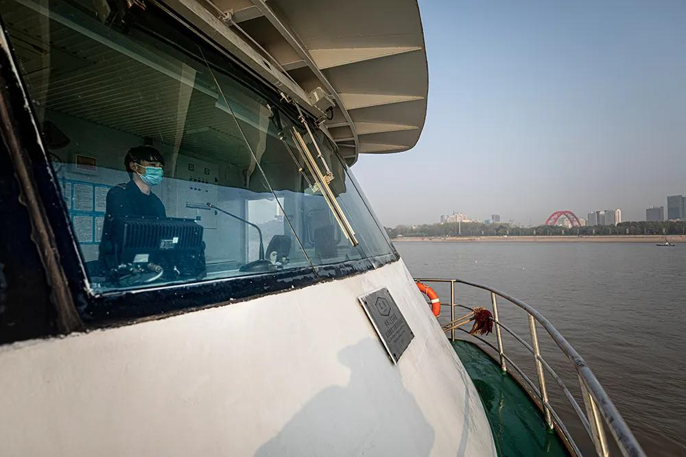 4月8日、職場に復帰したフェリーの操縦士(撮影・中国撮影家協会/陳黎明)。