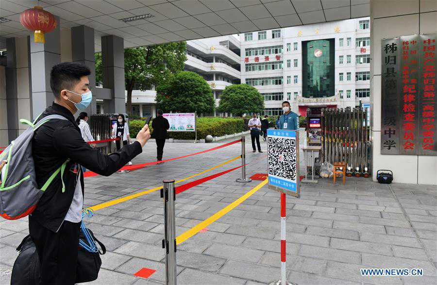 Graduating students of high and vocational schools in Hubei return to campus