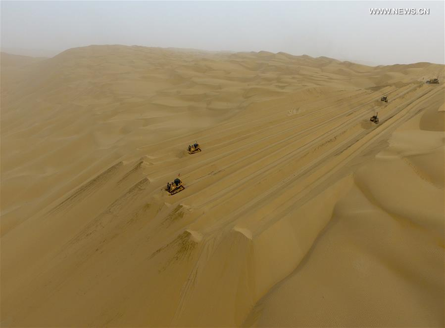CHINA-XINJIANG-TAKLIMAKAN DESERT-HIGHWAY-BUILDING (CN)