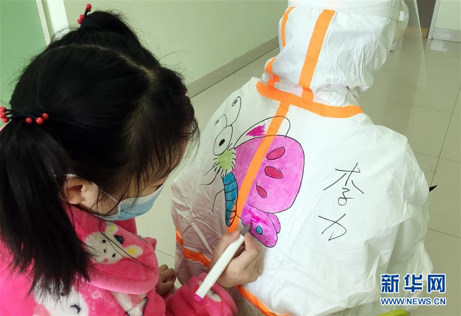"""(镜观中国)(1) 童年记""""疫"""" 别样成长"""