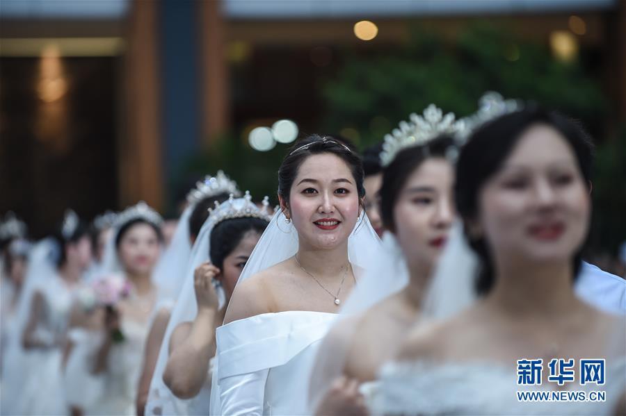 """30对战""""疫""""情侣在海南举行集体婚礼"""
