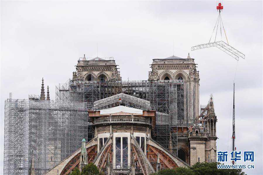 """(国际)(1)法国考虑将""""按原样""""重建被烧毁巴黎圣母院塔尖"""