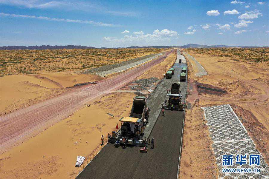 (經濟)(1)寧夏首條沙漠高速公路建設正酣