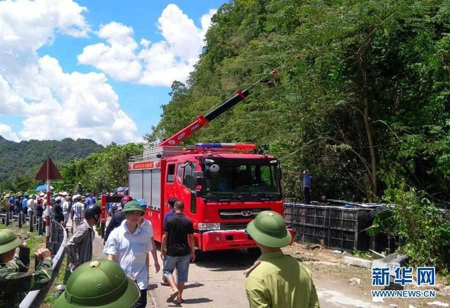 越南中部一旅游大巴翻车造成13人死亡、20余人受伤