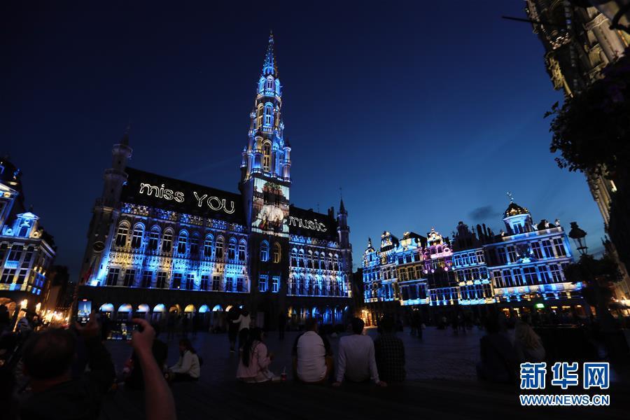 """(国际)(1)比利时布鲁塞尔:声光纪念夏日""""缺席""""的活动"""
