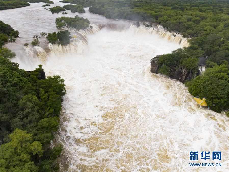 """(社会)(1)牡丹江镜泊湖吊水楼瀑布现""""三面溢流""""壮观景象"""