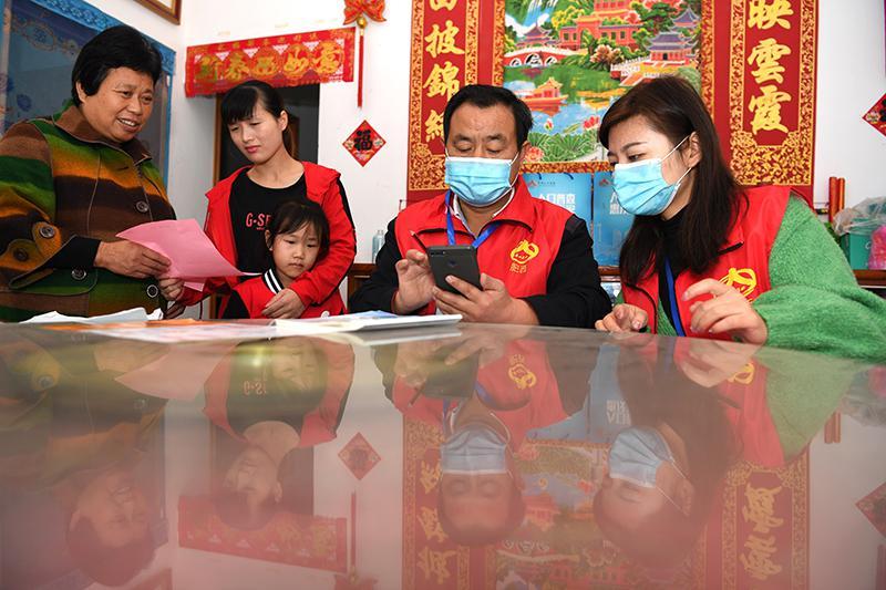11月1日,安徽省合肥市肥西县紫蓬镇普查员、普查指导员在居民家中进行登记。新华社记者 刘军喜 摄