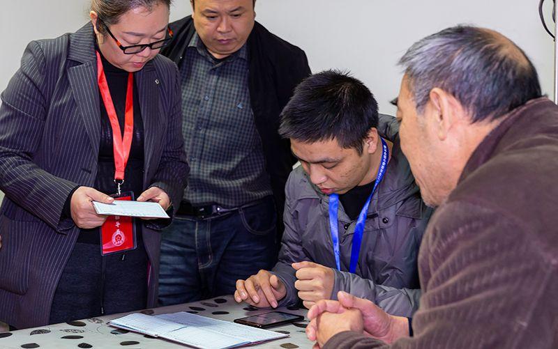 11月1日,贵州省毕节市黔西县莲城社区普查员、普查指导员在迎宾苑小区居民家中进行现场登记。新华社发(范晖 摄)