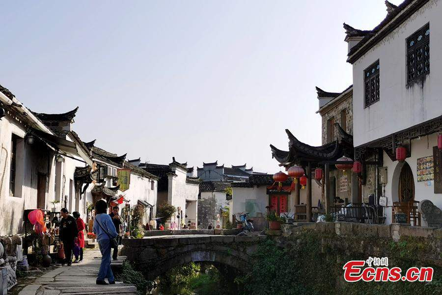 Ancient village in East China's Anhui attracts artists