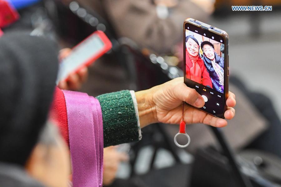 Community invites volunteers to teach use of smartphone to elders in Hunan