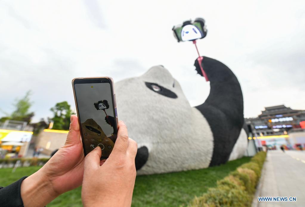 """""""Selfie Panda"""" sculpture in Sichuan goes popular"""