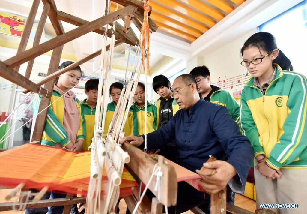 Schools in Hebei introduce intangible cultural heritages to students