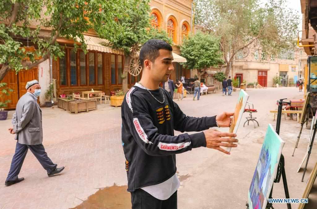 Pic story of painter in Kashgar, China's Xinjiang