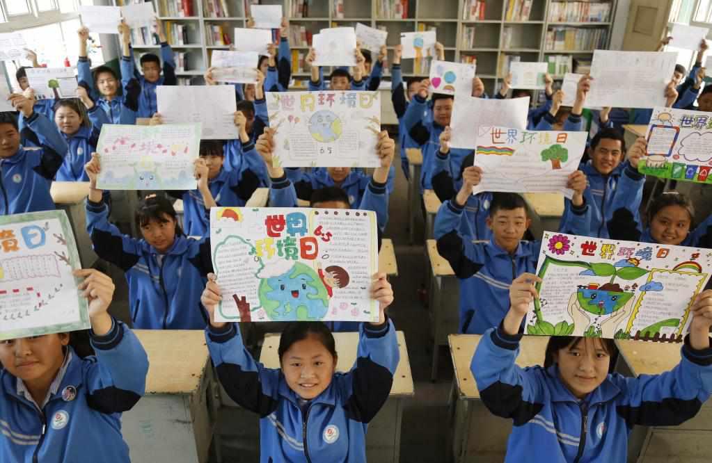 6月3日,河北省邢台市晏家屯中学学生展示环境保护手抄报。