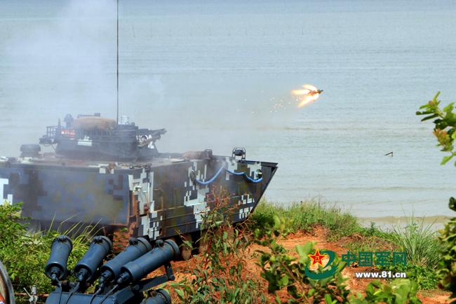 """两栖装甲步兵战车车载反坦克导弹对""""敌""""目标实施精确打击。廖志勇摄"""