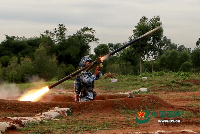 某型防空导弹对空中目标进行拦截。高毅摄