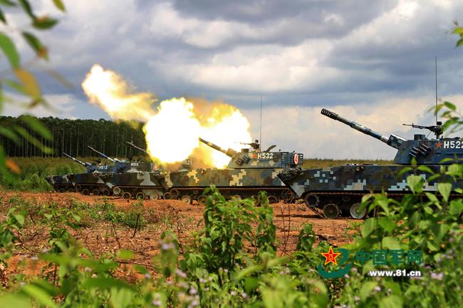 两栖榴炮进行远程火力射击。廖志勇摄