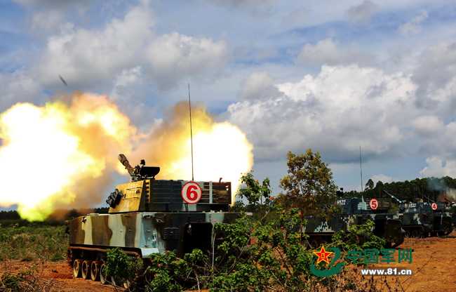 两栖榴炮进行远程火力射击。高毅摄