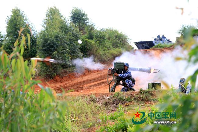 """反坦克导弹对""""敌""""目标实施精确打击。廖志勇摄"""