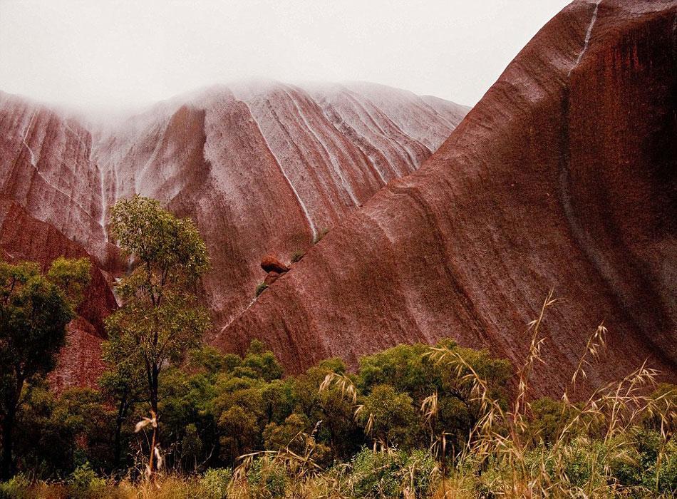 澳大利亚巨型砂岩遇强降雨形成罕见瀑布流【2】