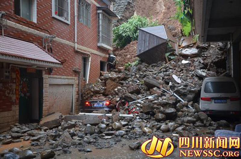 绵阳暴雨致山体滑坡 5车被埋别墅受损