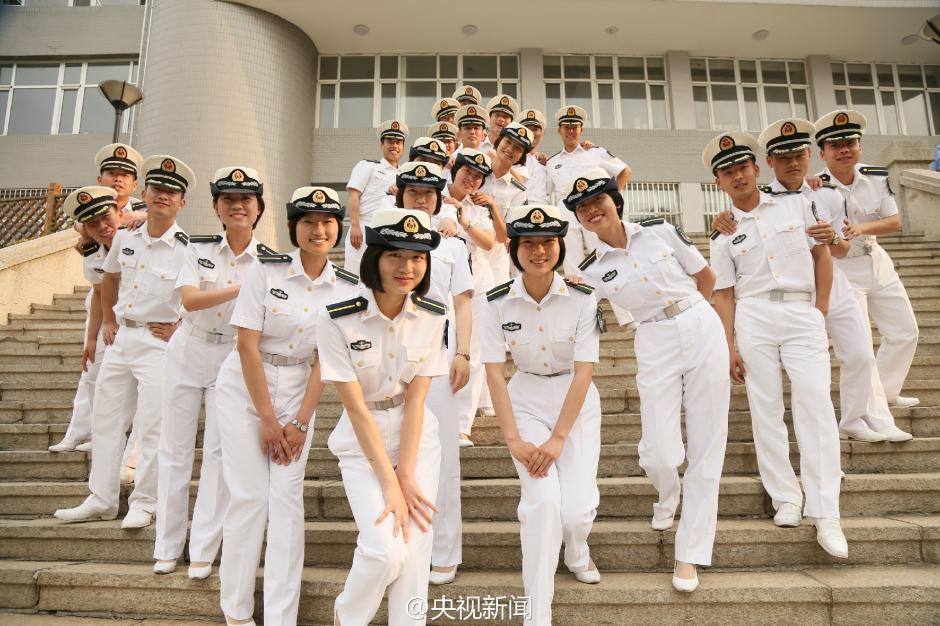 中国海军未来女舰长摆船锚造型庆毕业