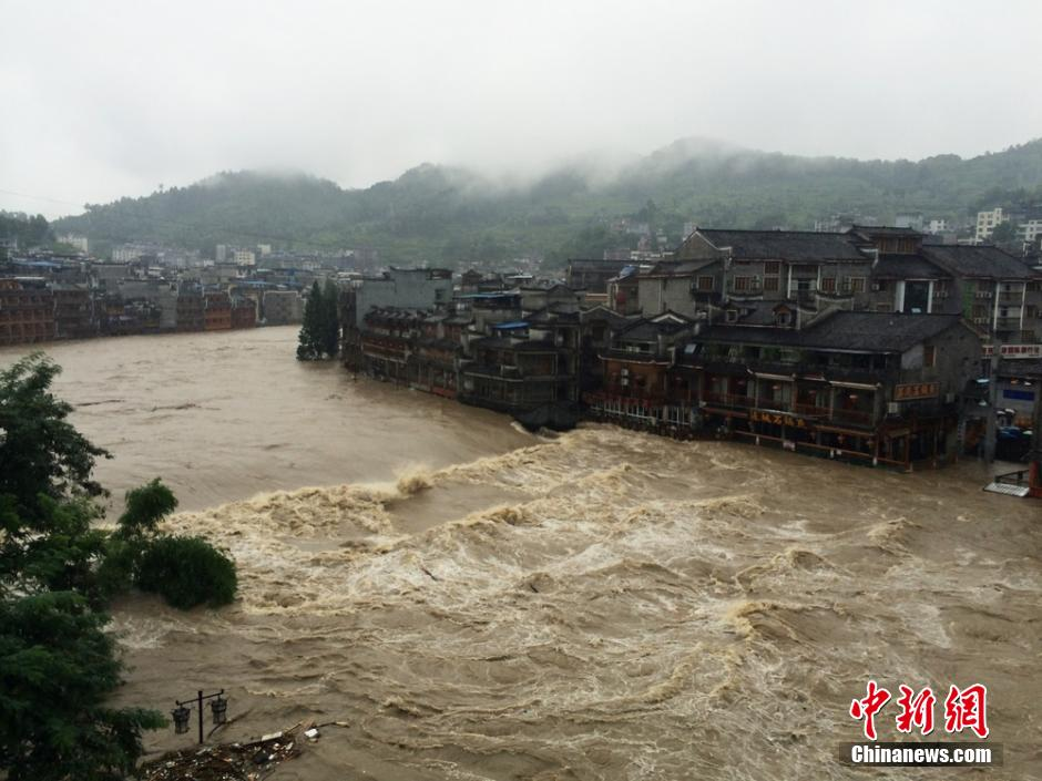 暴雨致凤凰古城内涝 游客被疏散