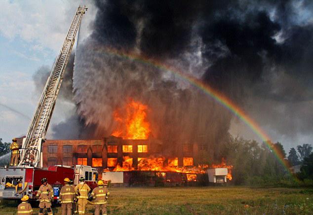 """美国消防员喷水灭火意外现""""人造彩虹"""""""