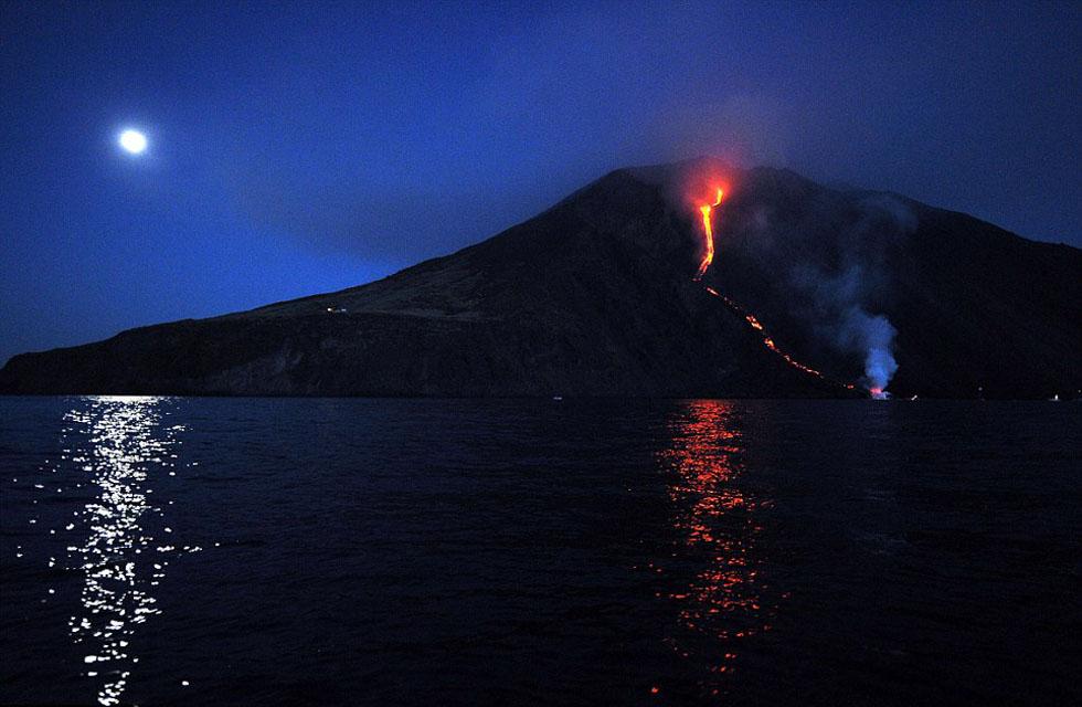 图为意大利火山喷发震撼奇景,岩浆如火龙入海。(网页截图)