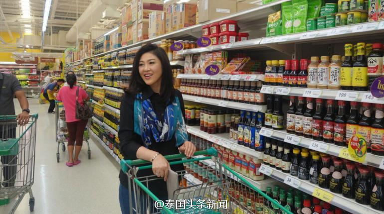 英拉回国后首次公开露面 在超市采购日用品