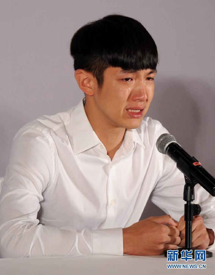 8月29日,柯震东在道歉会上流泪。 新华社记者金良快摄