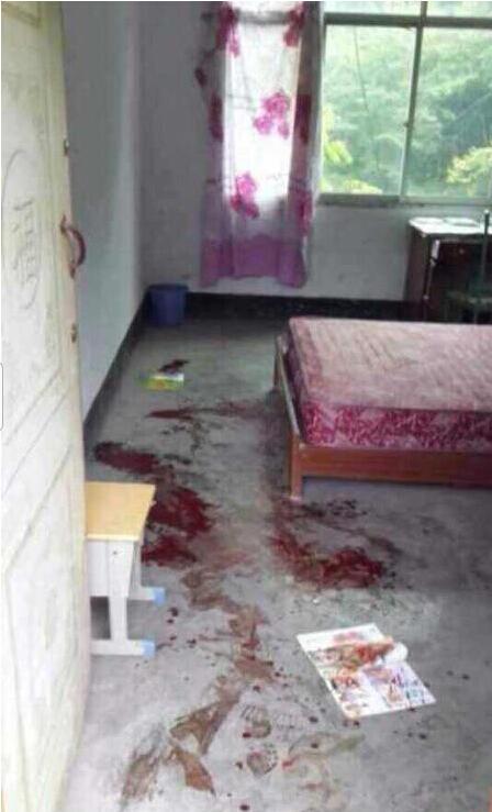 9月9日下午13时左右,镇坪县曾家镇金坪小学,一名老师将4名7岁学生叫至一房间欧打,学生头部,后背等不同程度受伤,伤人老师逃逸,警方已介入。