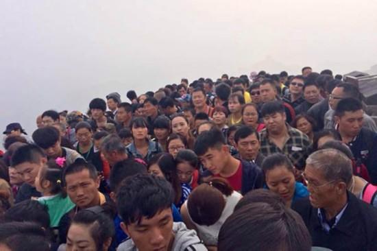 八达岭长城现人海 游客称走不动