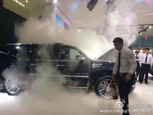 """武汉国际车展两车""""自燃""""现场"""