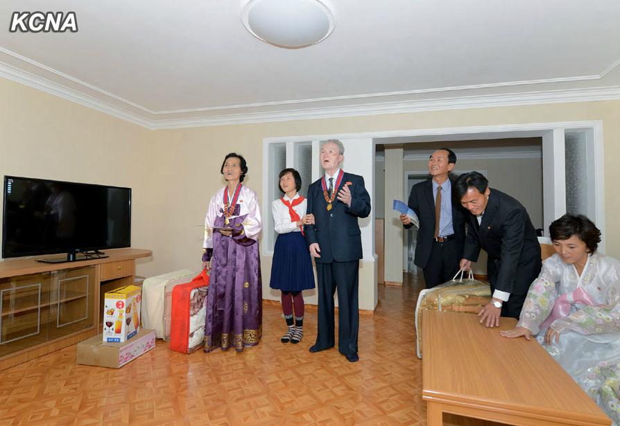 朝鲜科学家入住新居 金正恩赠送液晶电视