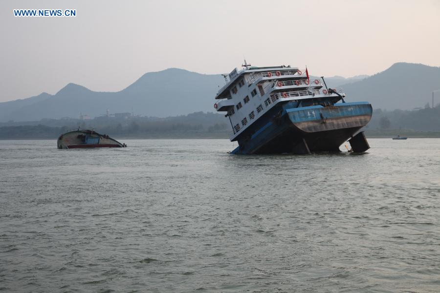 A cargo ship sinks in Yangtze River in C China - People's ...