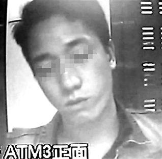 """男子通过ATM拿假币换真钱 表情到位被称""""影帝"""""""