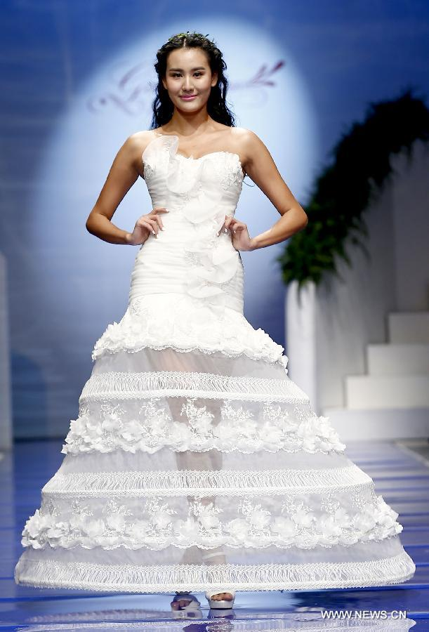 Wedding gowns presented at China Fashion Week - People\'s Daily Online