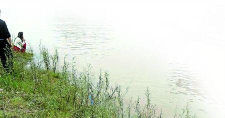 涉事男子和前女友,呆滞地望着滚滚江水。