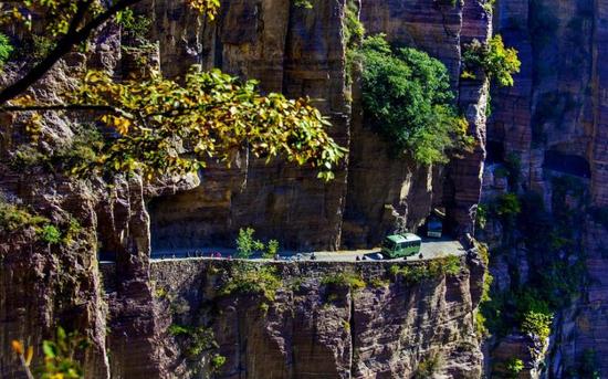 """河南绝壁峡谷现""""挂壁公路""""(图)"""