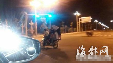 小伙骑摩托载5名男女 时速50公里惊险刺激(图)