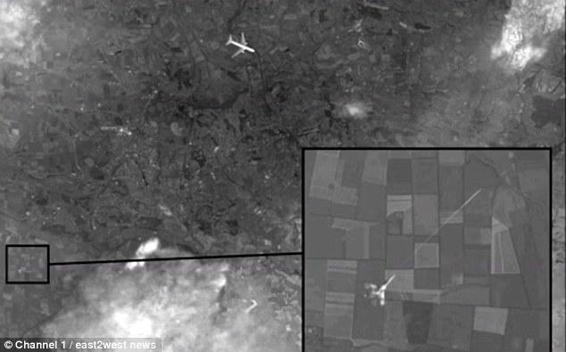 俄罗斯专家称马来西亚的波音MH17是被击落乌克兰的战斗机击落,而不是被地对空导弹击毁。俄罗斯的国家电视台发布了一张被泄露的卫星图像,显示一枚导弹快速击落民航客机。据悉,这张卫星图来自英国或美国的卫星。