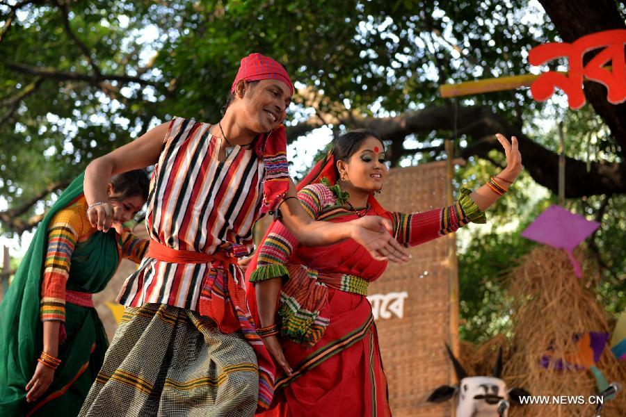 Bangladeshi people celebrate the traditional harvest festival on the ...: en.people.cn/n/2014/1116/c90777-8809583.html