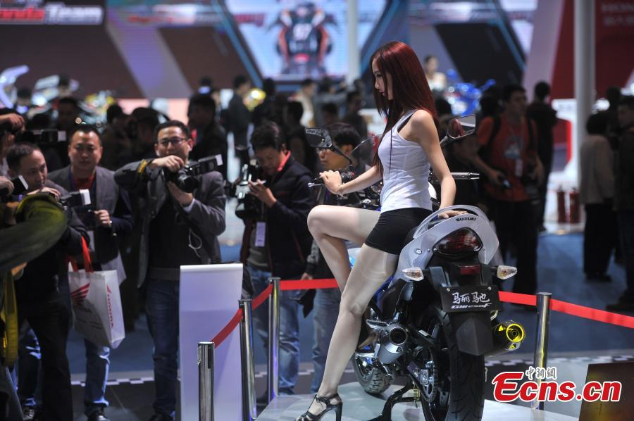 Hot girls draw crowds at motor show in SW China